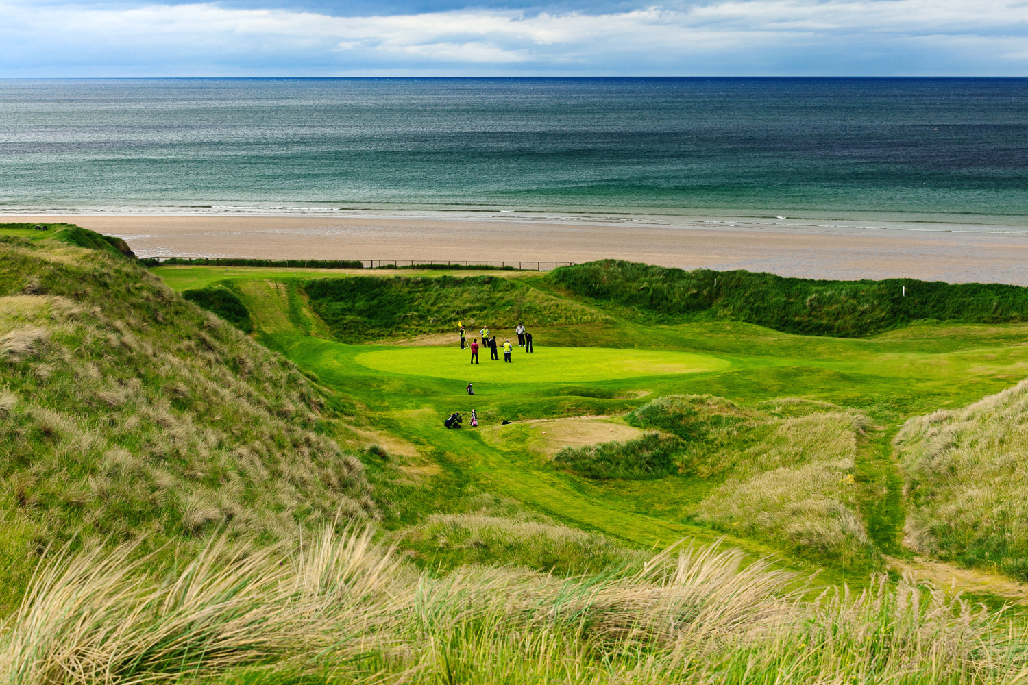 Golfers-at-the-Devils-Elbow-Hole-17-of-The-Old-Course,-Ballybunion-Golf-Course